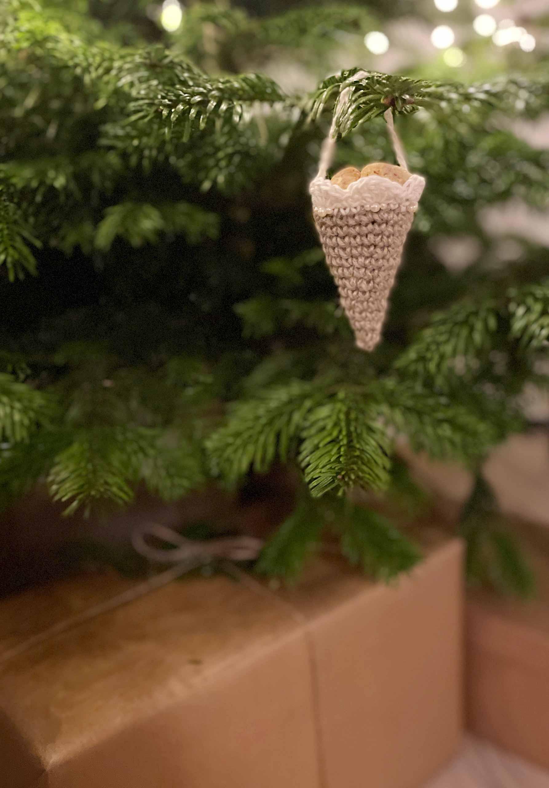 Milla Billas hæklede jule-kræmmerhus