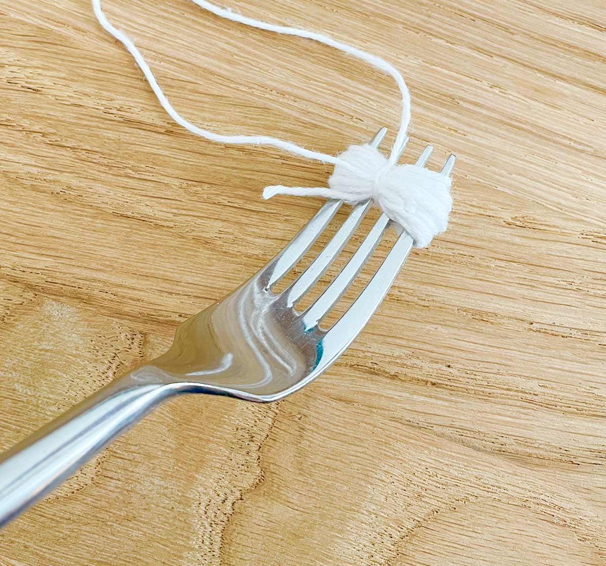 Sådan laver du em mini Pom Pom med en gaffel og lidt garn